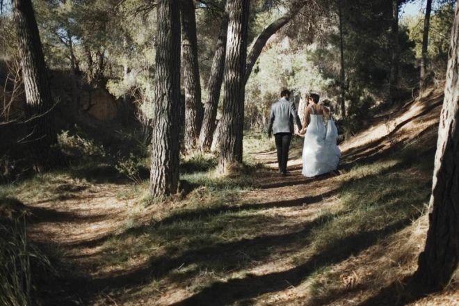boda novios mñontañña senda arbol bosque boda vintage diferente novia novio (Demo)