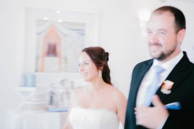 boda novia novio matrimonio reportaje vestido fotoreportaje diferente mar playa azul (Demo)