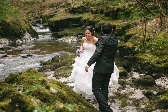 boda novios montaña senda arbol bosque boda vintage diferente novia novio acantilado Inglaterra destination wedding England (Demo)